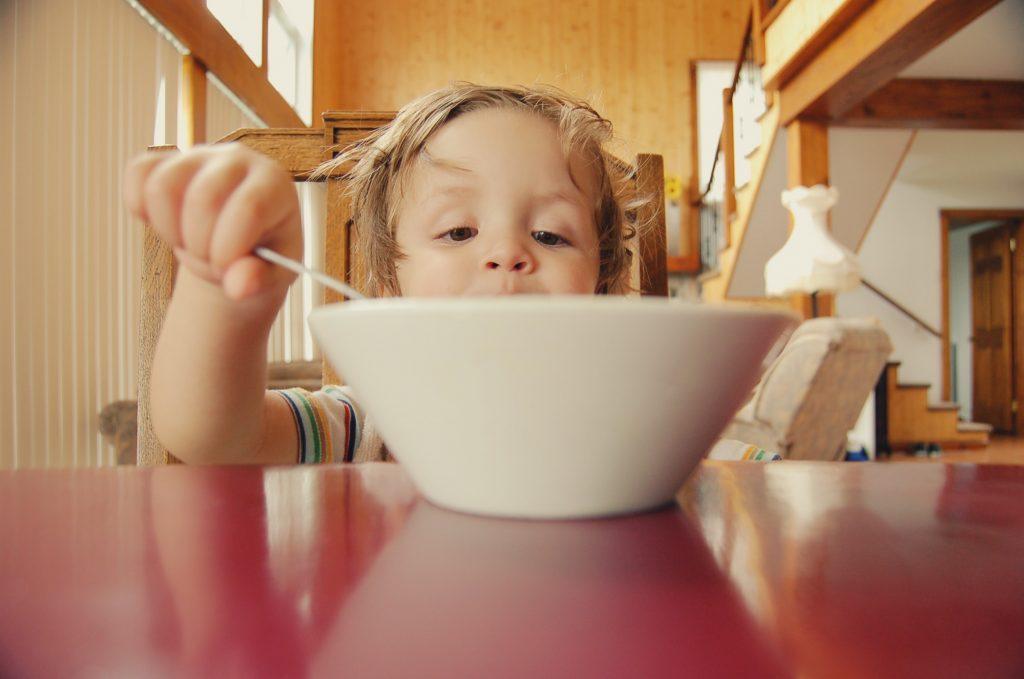 niño-comiendo-felizmente